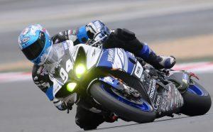 Pilota una moto en circuito